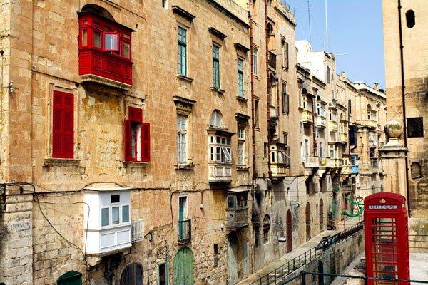 malta huizen met houten balkons in allerlei kleuren