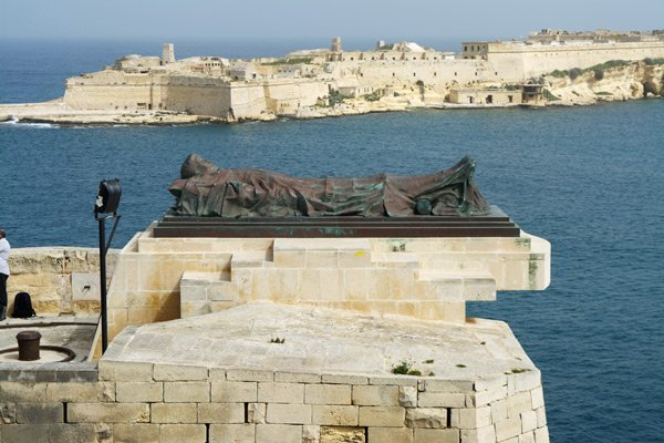 monument van de gesneuvelde soldaat naast de siege bel in valletta in malta