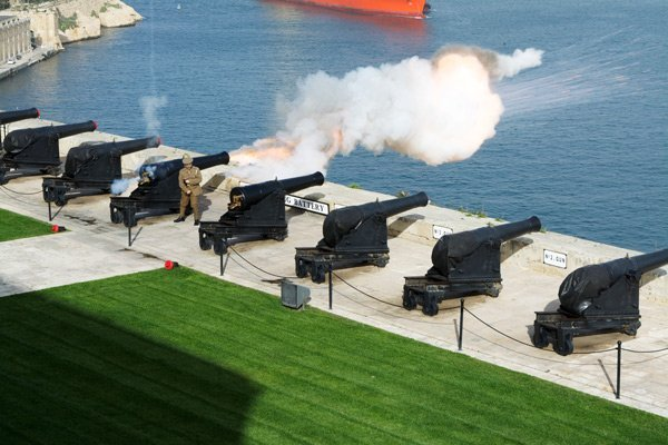 saluting battery in upper barrakka gardens met zicht op grand harbour valletta malta