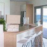keuken van villa met terras en wonderbaarlijk zicht op zee