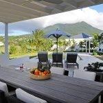 overdekt patio aan zwembad pinneys beach villas four seasons vastgoed nevis wereldwijdleven