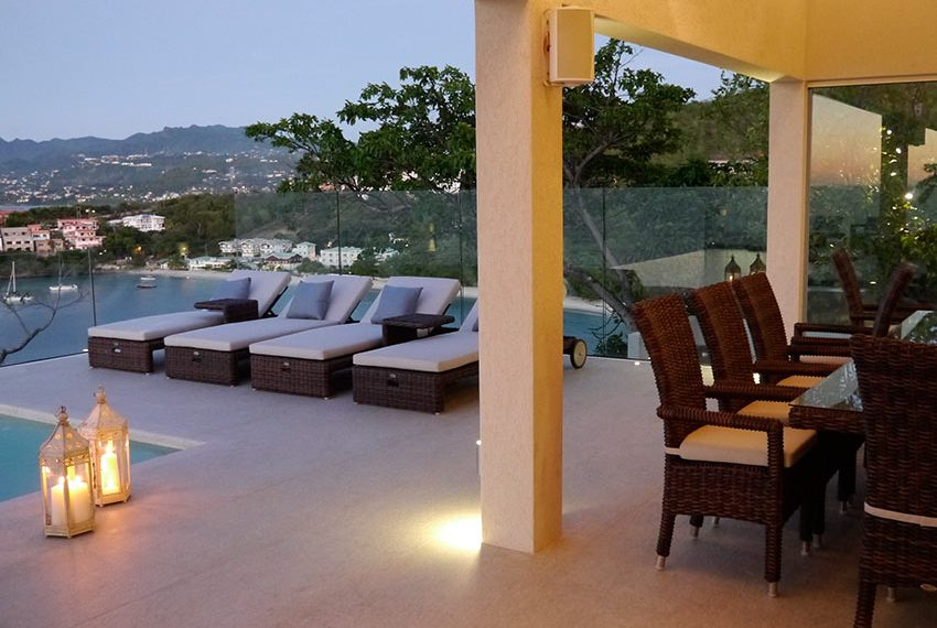 prachtig terras met ligzetels en eettafel en adembenemend uitzicht grenada