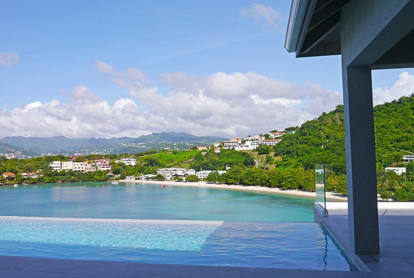 terras en infinity pool van luxueuze villa als belegging in grenada