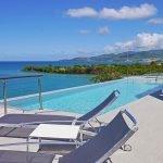 terras en zwembad van exclusieve villa met fantastisch uitzicht grenada