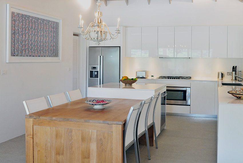 keuken villa met luster en houten tafel grenada