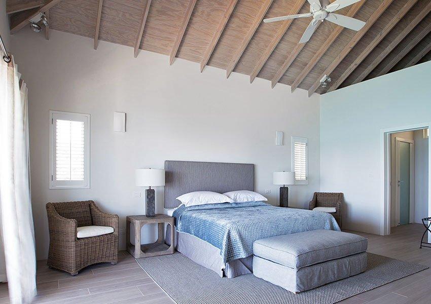 tweede gastkamer met gezellige houten plafond en plafondventilator grenada