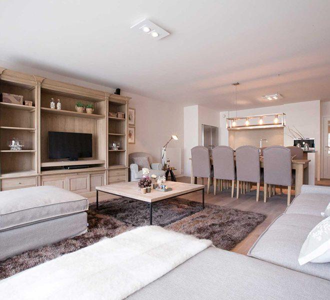 warme gezellige woonkamer in nieuwbouw appartement te koop aan zee