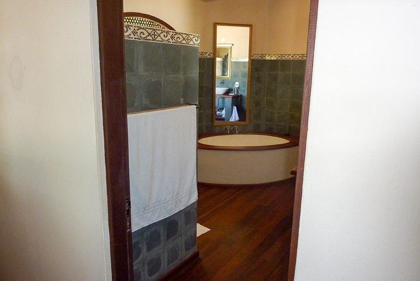 badkamer deur met faience en mooie houten vloerbezetting braziliaanse villa in Poças Conde
