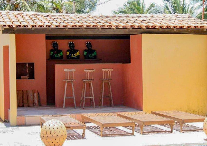 bar met barstoelen en ligbedden aan het zwembad villa te huur en te koop poças conde brazilië