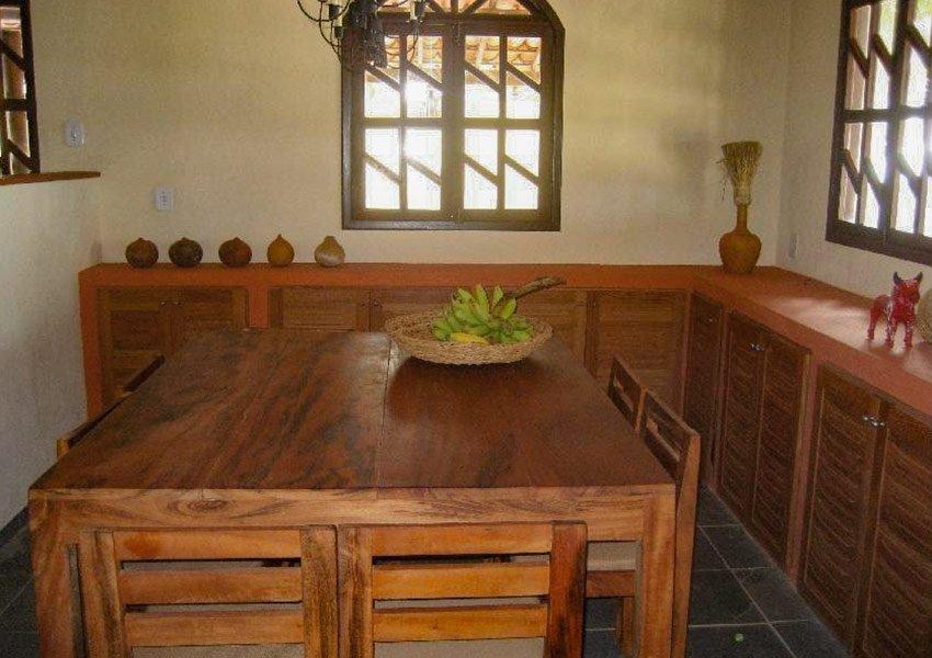 eettafel in villa warm houten interieur braziliaanse stijl