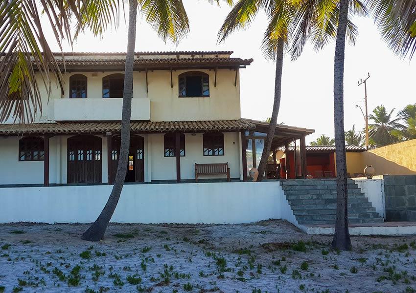 huis kopen in Brazilië achterkant uitgevend op strand en zee Poças Conde