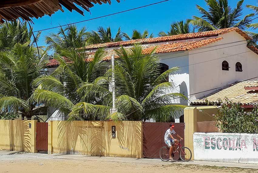 huis kopen in Brazilië villa aan straatkant rechts schooltje Poças Conde
