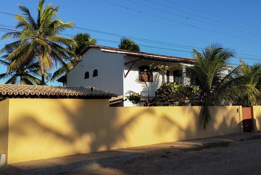 huis kopen in Brazilië villa gezien vanaf de straatkant links Poças Conde