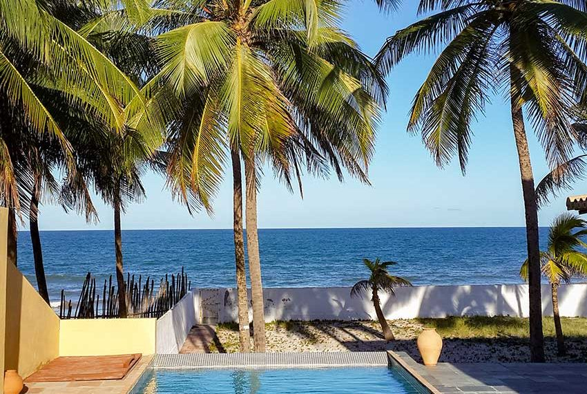 investeren in Braziliaans vastgoed aan de kust met zwembad tuin strand en zee