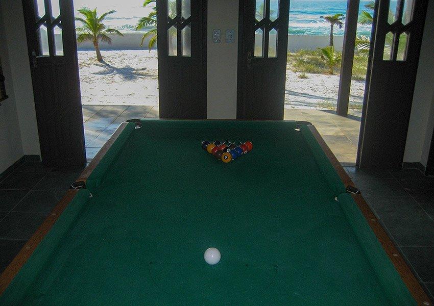 pooltafel spelletje spelen met zicht op zee uitgevend op strand wonderbaarlijke locatie Poças Conde Brazilië