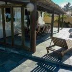 terras is uitgerust met tafel ligstoelen en pool bar ontspannen op vakantie in Brazilië