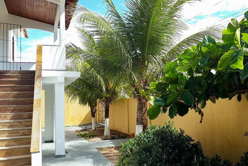 voorzijde van de villa ommuurde tuin met trap