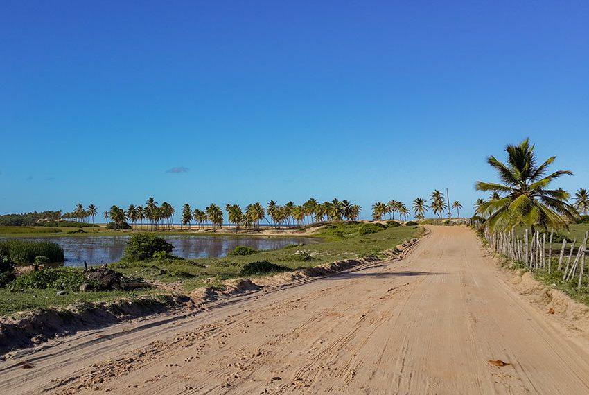 zandweg met natuurlijke vijver in de buurt Poças Conde Brazilië