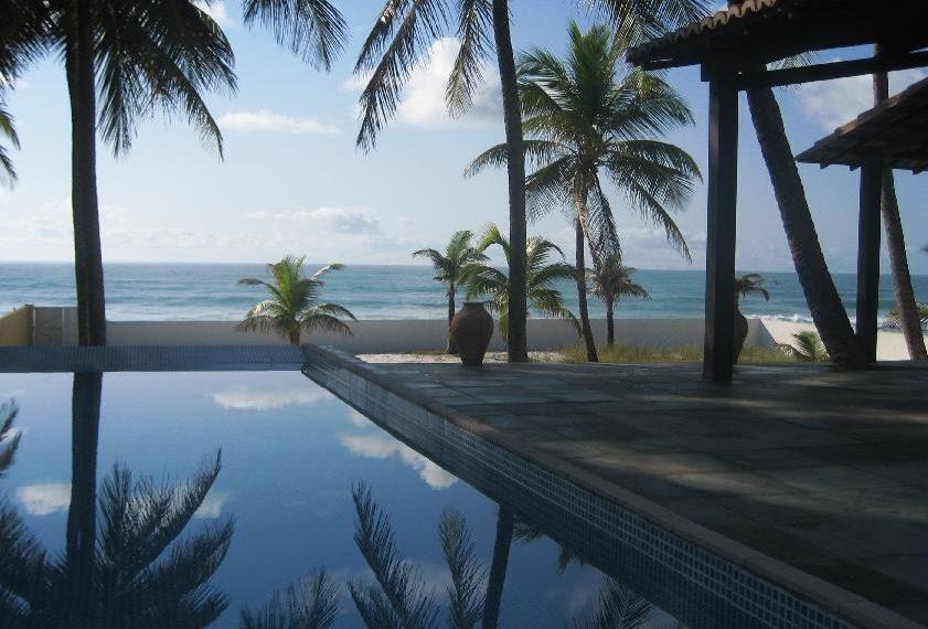 zwembad en terras bij zonsondergang azuurblauwe schijn op zwembad en oceaan prachtige taferelen
