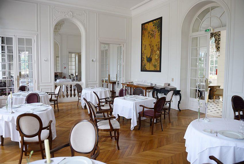 hoge plafonds in restaurant van Chateau de la Cazine limousin frankrijk