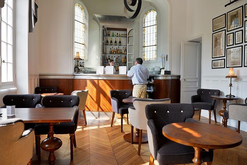 stijlvol ingerichte bar in chateau de la cazine luxehotel onderdeel van halcyon retreat resort dichtbij Limoges limousin in frankrijk