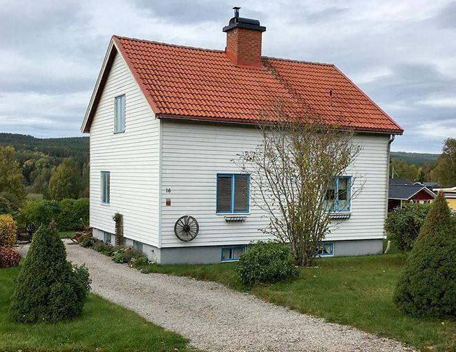 beleggen in verhuurde panden in zweden zoals deze mooie witte opgeknapte alleenstaande woning