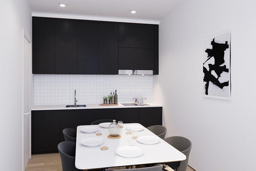 gemeenschappelijke keuken met tafel stoelen ingebouwde kookplaat vaatwasser koelkast diepvries combi microgolfoven afzuigkap