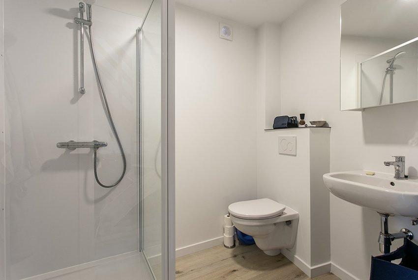 privé badkamer met douche wc wastafel voor elke studio in het gebouw