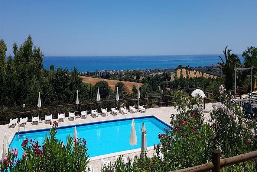 appartementen te koop met zwembad dat uitkijkt op adriatische zee in oost italië