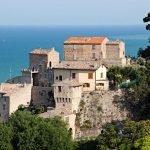 pitorreske italiaanse dorpjes in de omgeving met fantastische uitzichten over adriatische zee oost italië