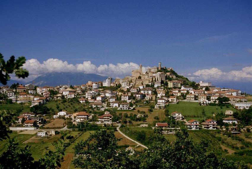 vakantiewoningen met appartementen en duplexen te koop aan rand van dorpje colonnella in abruzzen met zicht op adriatische zee