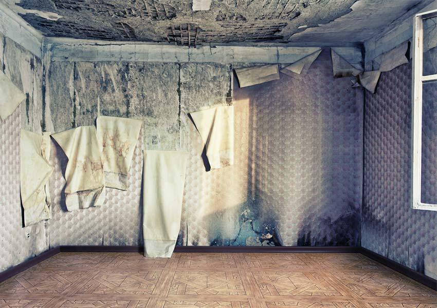vocht en schimmelplekken op muren en achter behang en waterlekken vaak voorkomende problemen
