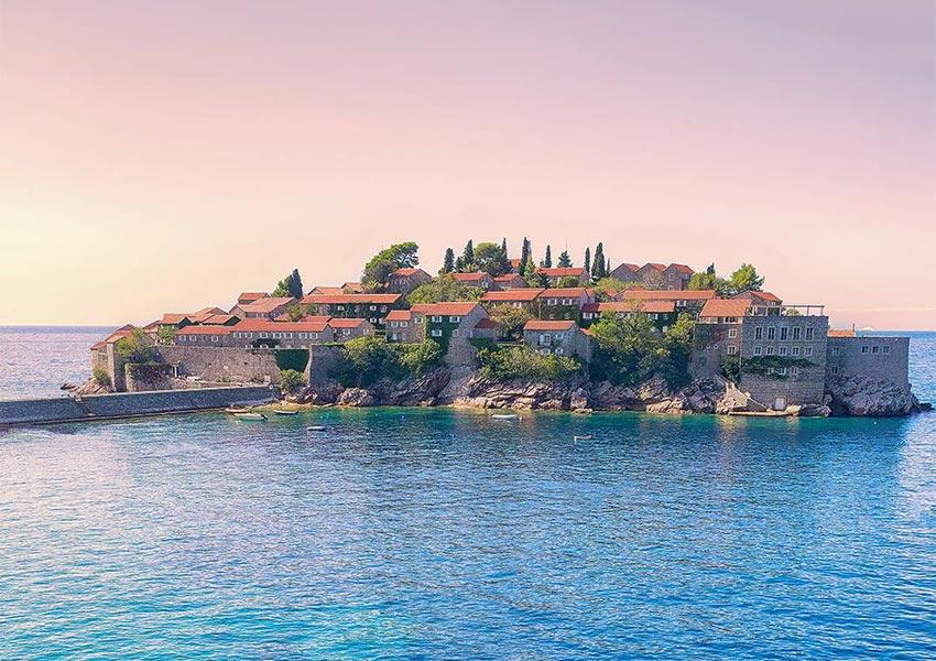 sveti stefan eiland oud vissersdorpje met jetty in adriatische zee montenegro
