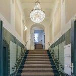 gemeenschappelijke hal en trap van appartementsgebouw in berlijn als belegging via crowdfunding