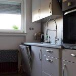 keuken van doorsnee appartement in appartementsblok netjes voorzien van alle voorzieningen