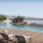 ligzetels op terras aan overloopzwembad spa uitzicht over baai van hera samos
