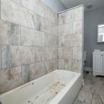badkamer in huis ligbad toilet lavabo en spiegel