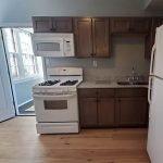 compleet uitgeruste en vernieuwde keuken met kookfornuis oven microgolf vrieskast en koelkast