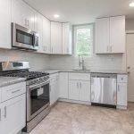 goed uitgeruste keuken met fornuis oven microgolf combi koel en vrieskast en vaatwasser