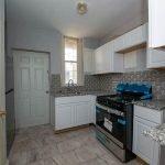 goed uitgeruste keuken met groot kookfornuis oven microgolf staande koel en vrieskast