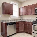 ruime houten keuken met alle toebehoren en capaciteiten voor gezin huurders