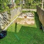 tuin gazon en staanplaats voor wagens afgesloten van straat met hek
