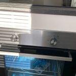nieuwe oven ingebouwd onder kookplaat in keuken zweedse woning te koop