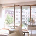 moderne lichtrijke woonruimte met natuurlijk daglicht en terras aan binnenzijde residentie met uitzicht op binnentuin brussel