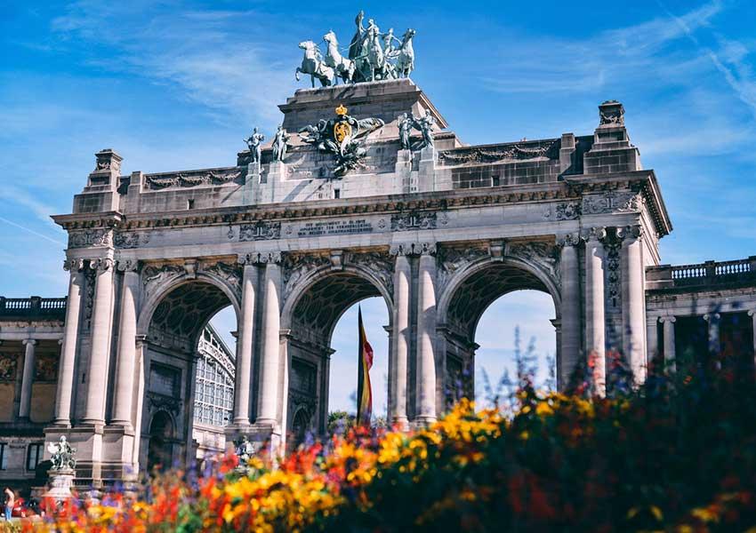 triomfboog van jubelpark parc du cinquantenaire tentoonstellingspark in brussel met diverse musea beelden en fonteinen