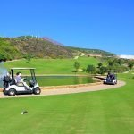 golfkarren onderweg op 18 holes golfbaan aan golf resort aantrekkelijke locatie om te investeren in onroerend goed in spanje