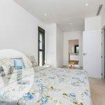 grote slaapkamer met en suite badkamer en mogelijkheden om dressing in te bouwen op maat luxe villa te koop costa calida spanje