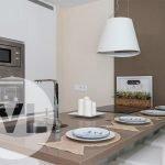 handige gebruiksvriendelijke keuken met kookeiland en moderne afzuiging voor kookdampen strak design