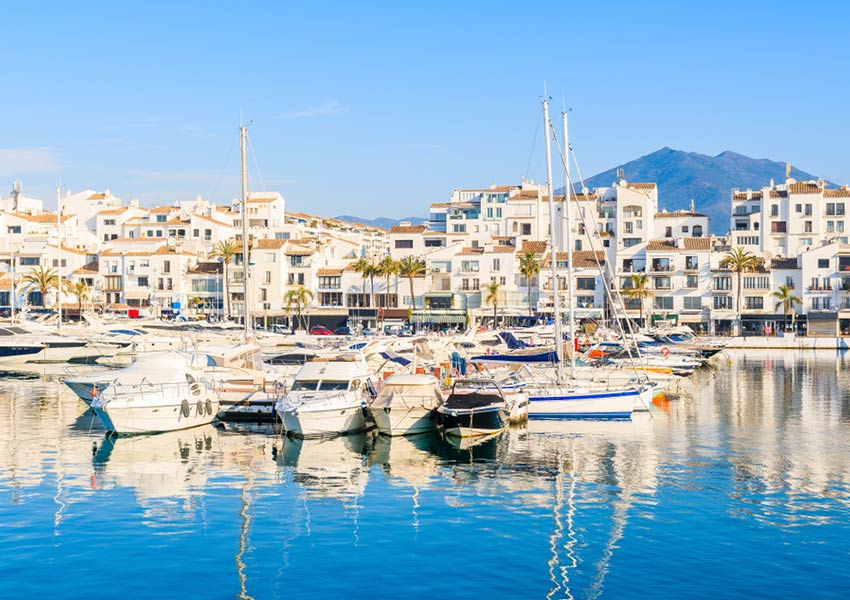 haven van puerto banus met plezierboten en witte huizen marbella spanje