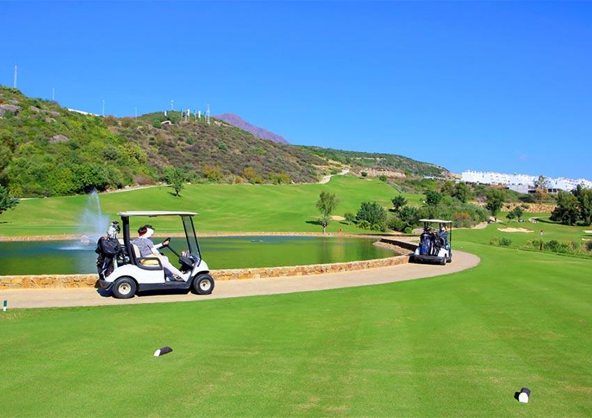 heuvellandschap omgeeft golfbaan costa del sol spanje golfkarretjes van spelers op pad